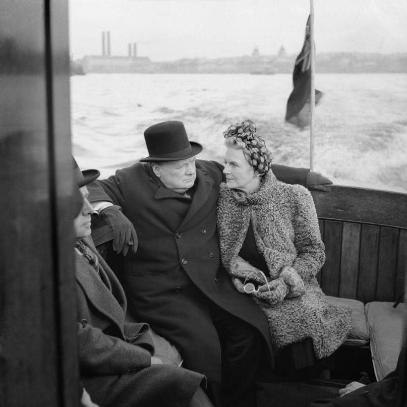 1940. Уинстон Черчилль и его жена Клементина на борту патрульного судна во время визита в Лондонские доки, 25 сентября