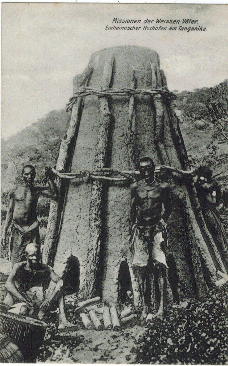 1910. Мужчины возле доменной печи, Танганьика