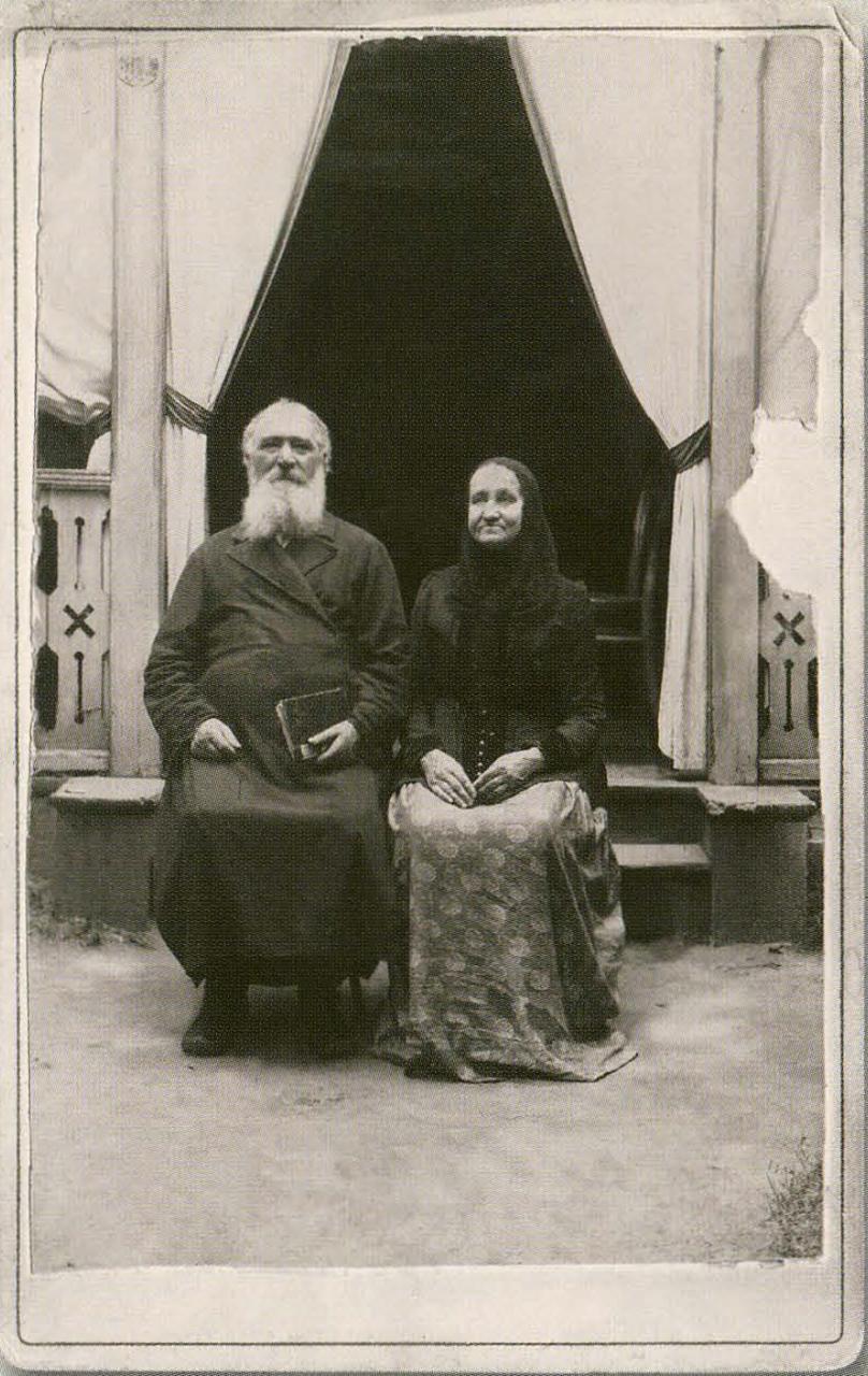 И.А. Комиссаров с женой на пороге дачи