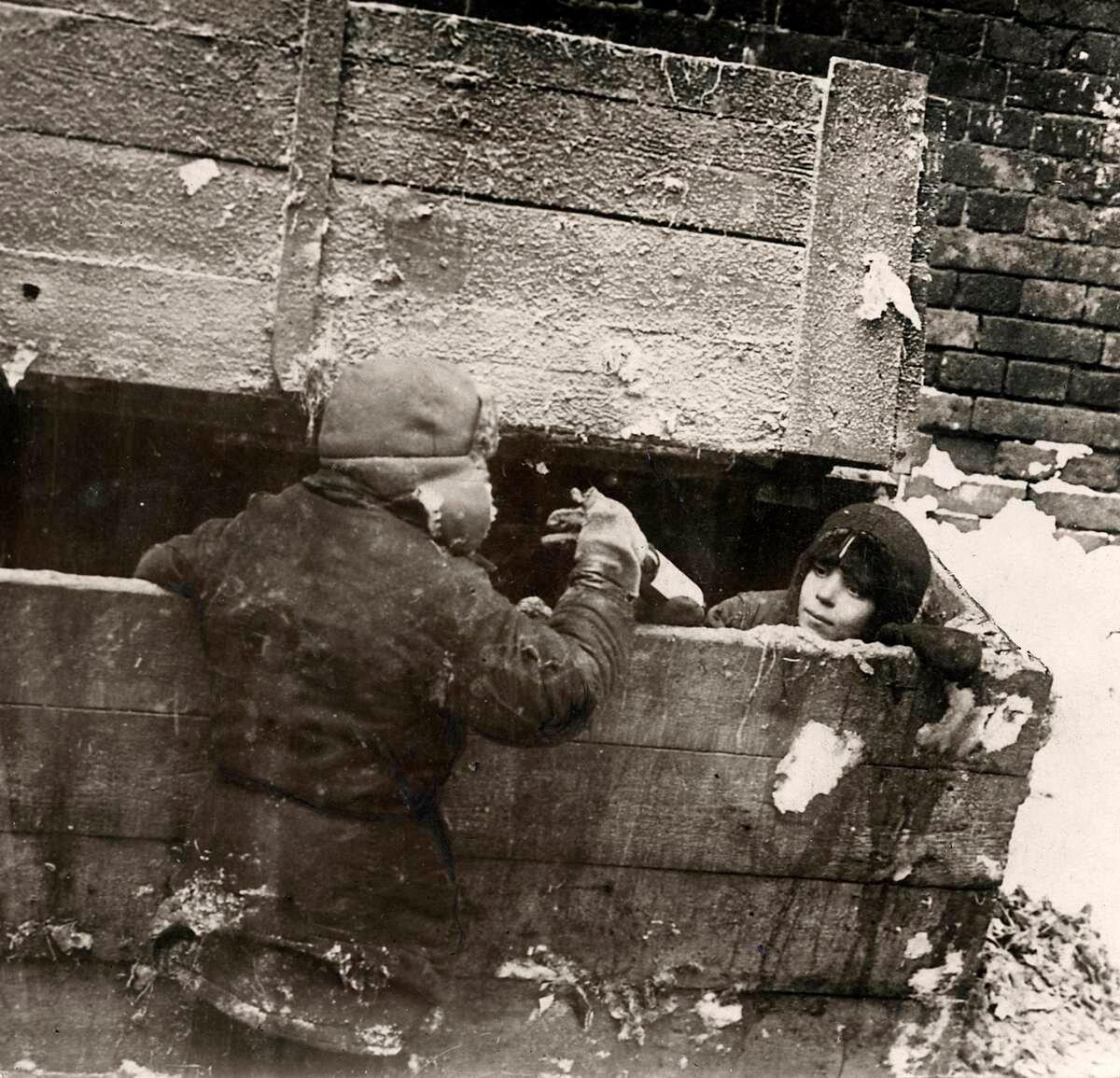 1924. Беспризорные дети живущие в обледеневшем подвале