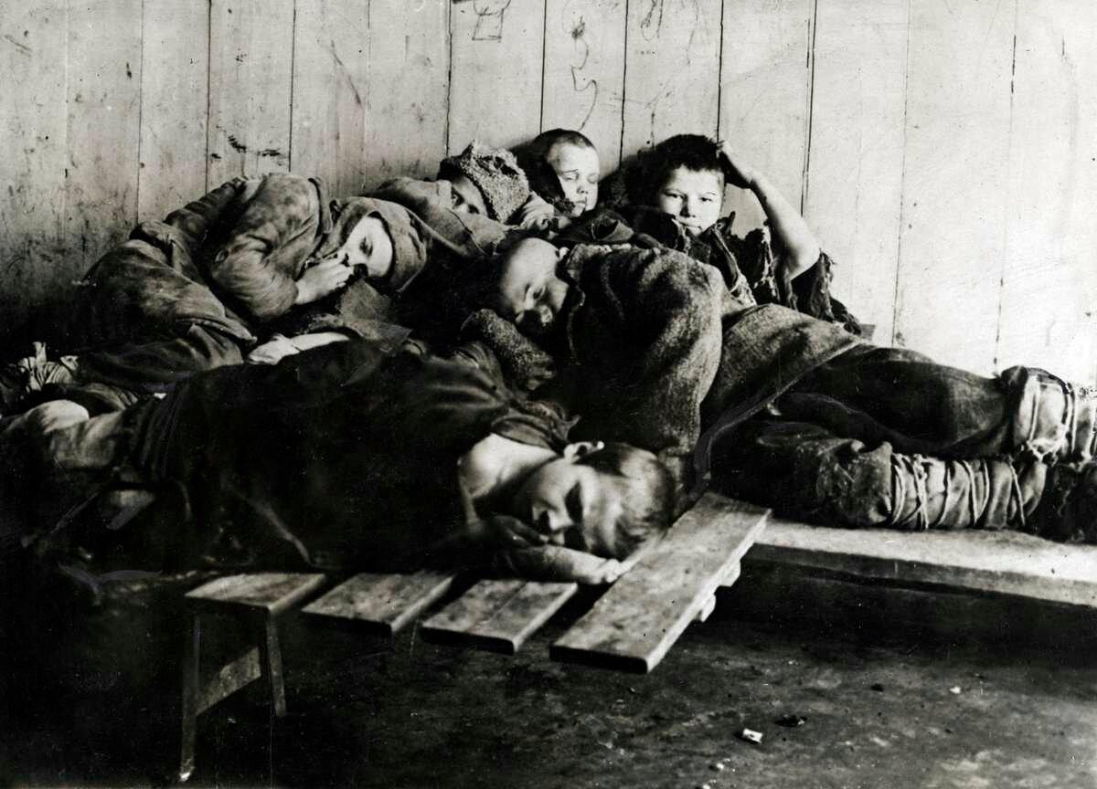 1924. Группа беспризорников