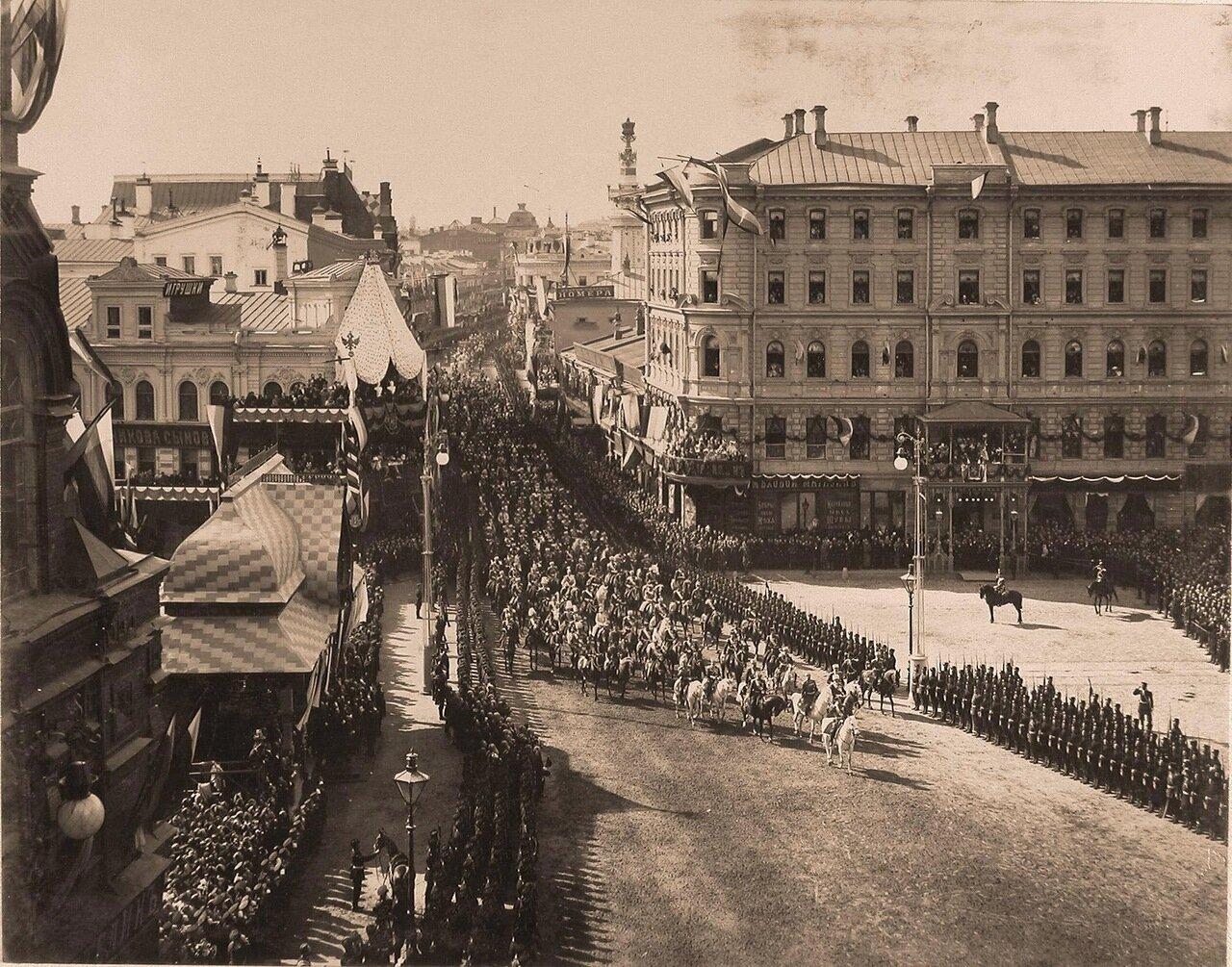 Император Николай II шествует по Воскресенской площади; слева - павильон для встречи их императорских величеств представителями губернских административных и судебных учреждений