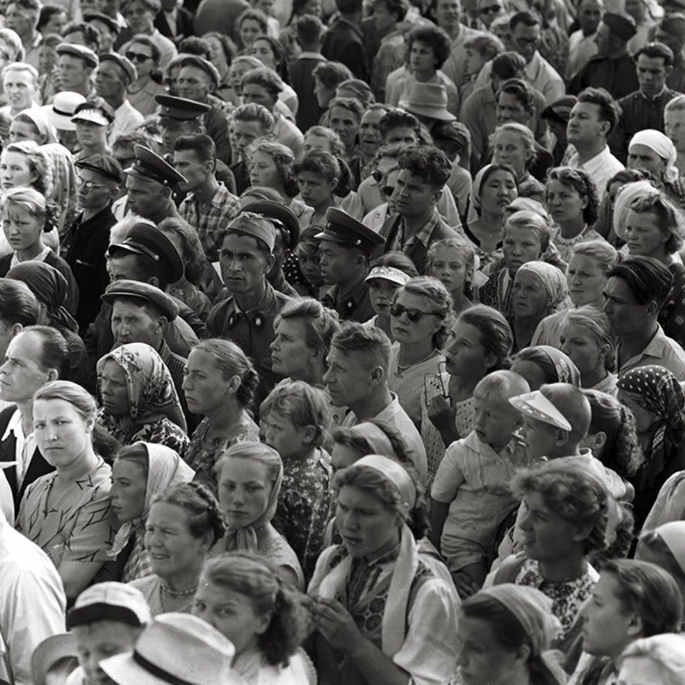 Москва. Толпы народа на ВСХВ