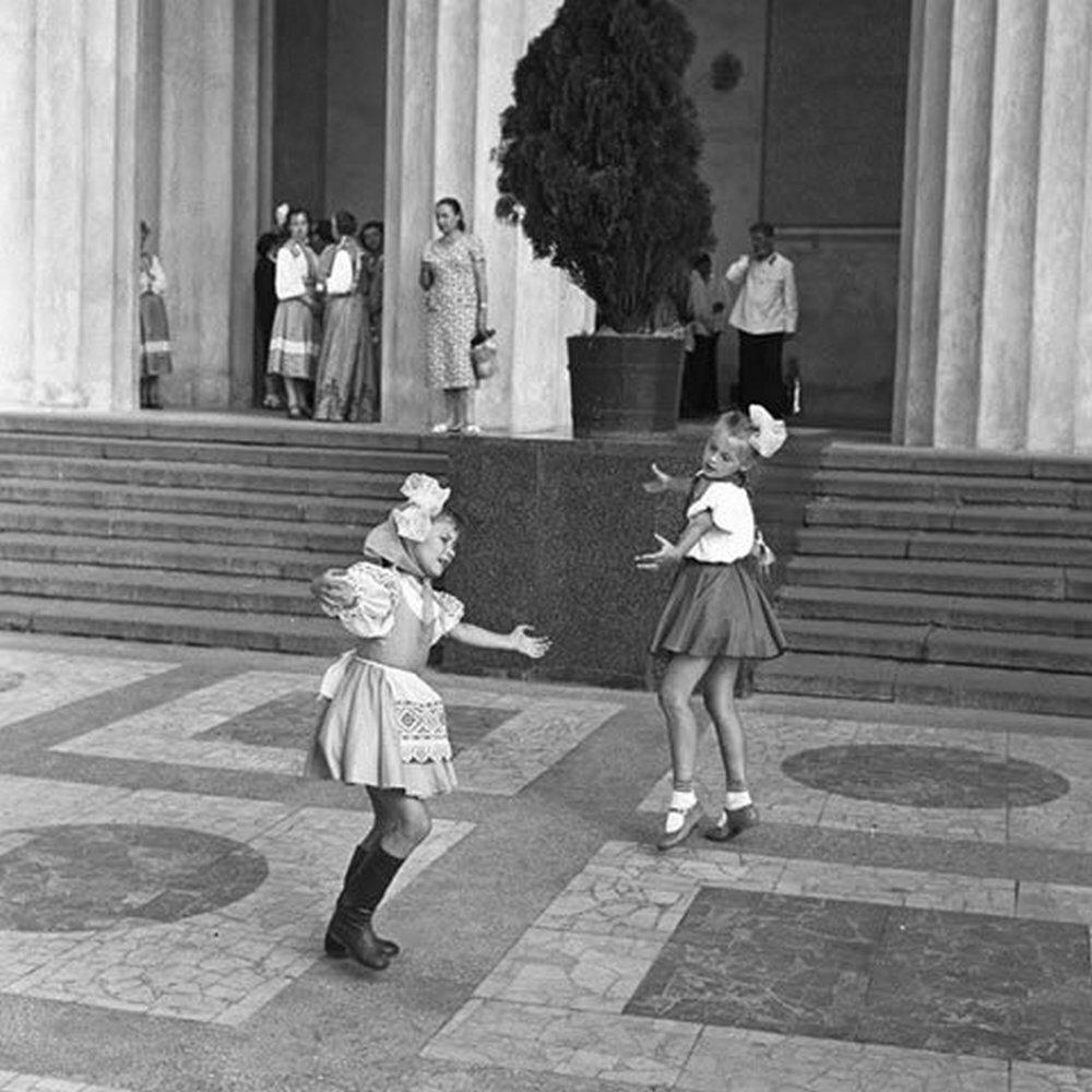 Москва. Танцующие девочки