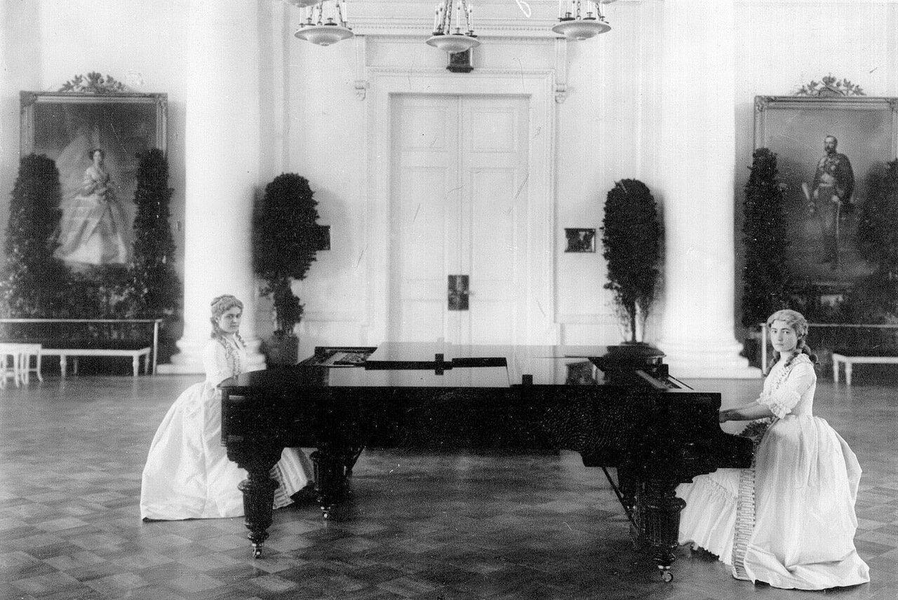 67. Воспитанницы института за роялем в колонном зале