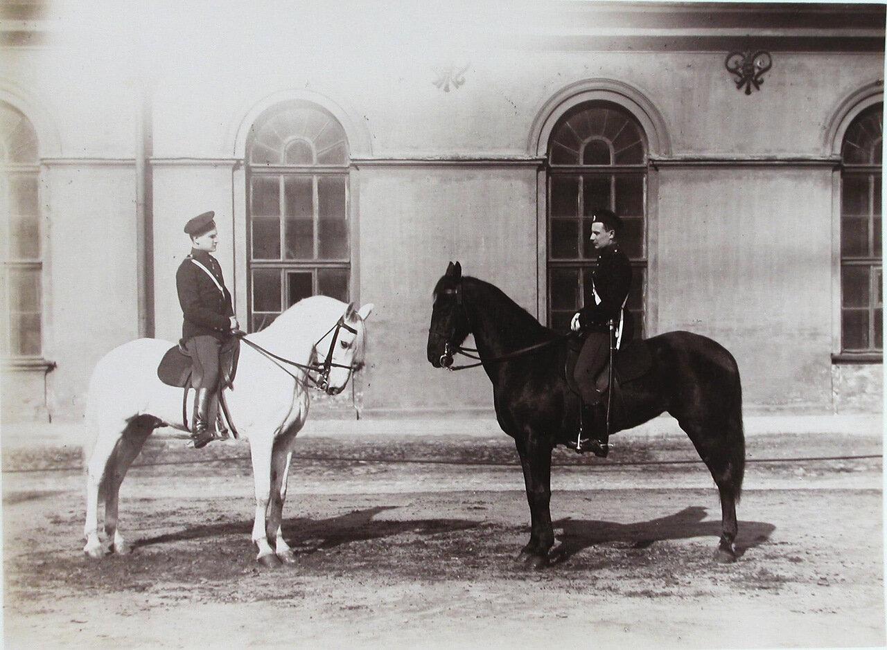 10. Пажи - воспитанники корпуса - на конях перед началом занятий верховой ездой