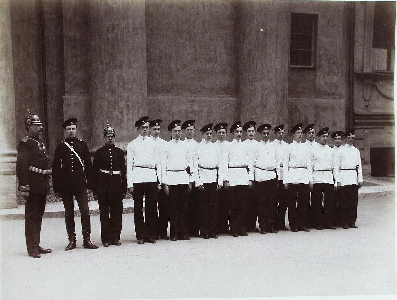 15. Группа пажей - воспитанников корпуса - у здания корпуса