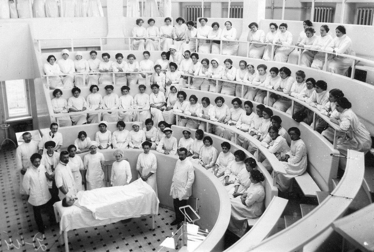 Студентки женского медицинского института в лектории перед началом лекции