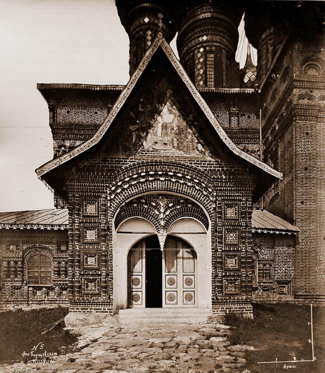 Вид южного входа в церковь Иоанна Предтечи в Толчкове