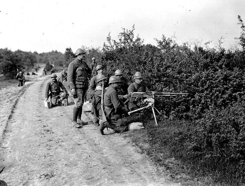 Une équipe de mitrailleurs du Régiment de Marche de la Légion Etrangère (RMLE) à l'instruction autour de leur pièce, une mitrailleuse Hotchkiss, au camp de Dampierre.