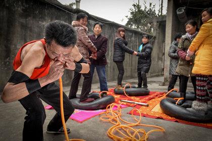 Китаец умудрился надуть носом 4 автомобильные камеры за 21 минуту