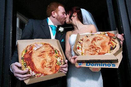 Молодоженам преподнесли пиццу с их портретами