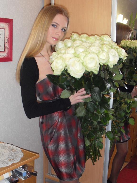 Девушка с большим букетом белых роз