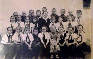 Рябчинская средняя школа. Наш класс и наша первая учительница Антонина Ивановна Прохоркина. Фотография из семейного альбома Никитиной Людмилы.