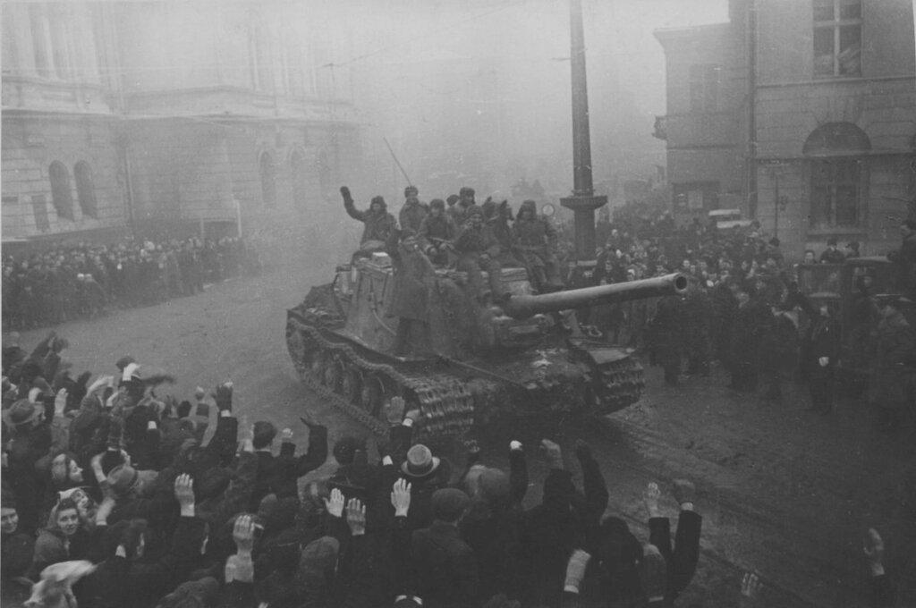 Жители польского города Лодзь приветствуют САУ ИСУ-122 1-й гвардейской танковой армии. Январь-февраль 1945
