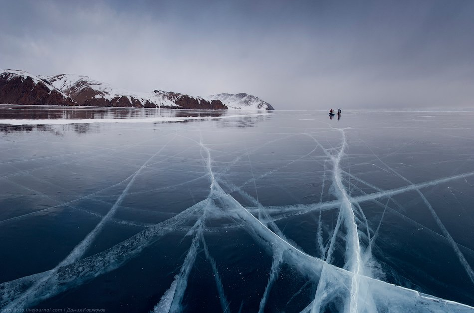 Лёд тихо замирает, тучи пролетают на низкой высоте, перекрывая солнце — и мы, одинокие человечки, ка