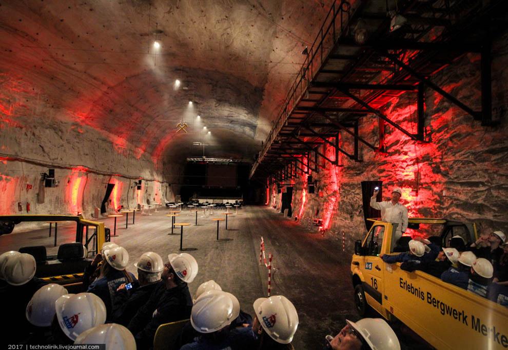 19. В этом подземном концертном зале туристов ожидает лазерное шоу.