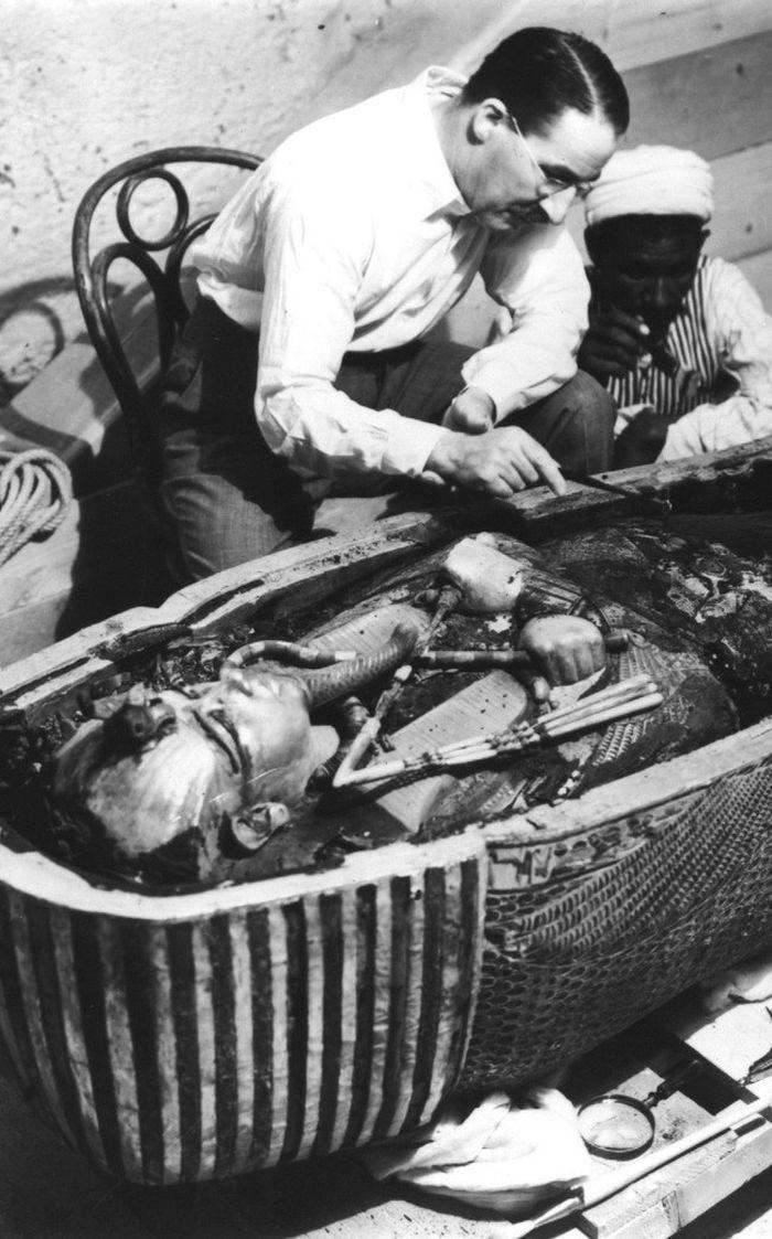 Известный английский археолог Говард Картер изучает саркофаг Тутанхамона.