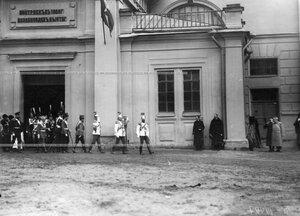 Император Николай II и свита выходят из Конногвардейского манежа в день полкового праздника.