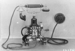 Внешний вид настольного телефонного аппарата с индукторным вызовом, служащего при установке однопроводной и двухпроводной линии.