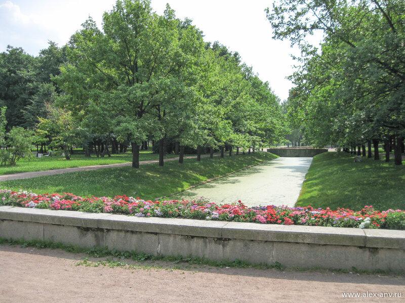 Московский парк Победы. Ближе к центральной части парка аллеи и каналы приобретают строгие прямолинейные черты.