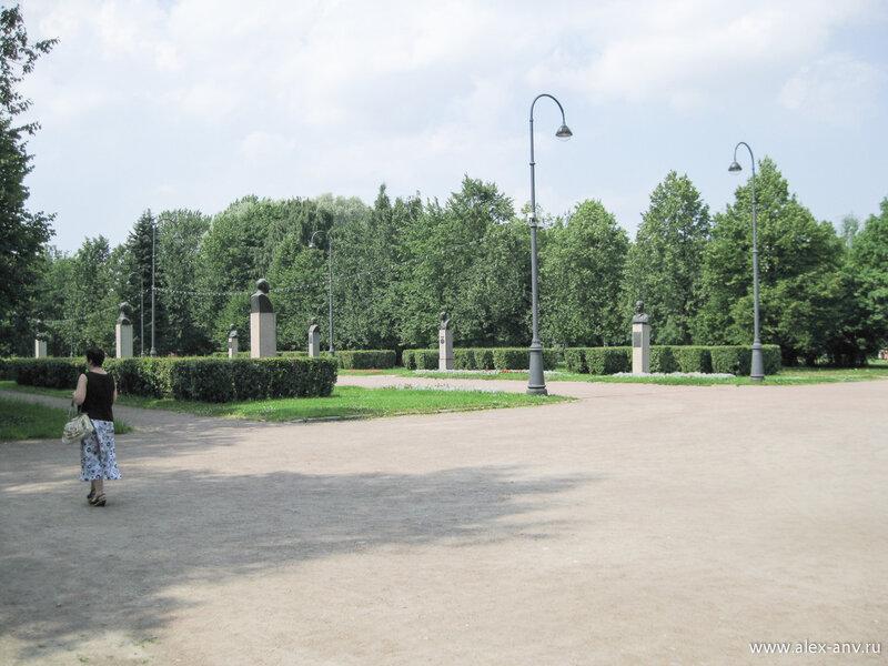 Московский парк Победы. Вдоль аллеи Героев установлены бюсты выдающихся жителей города.