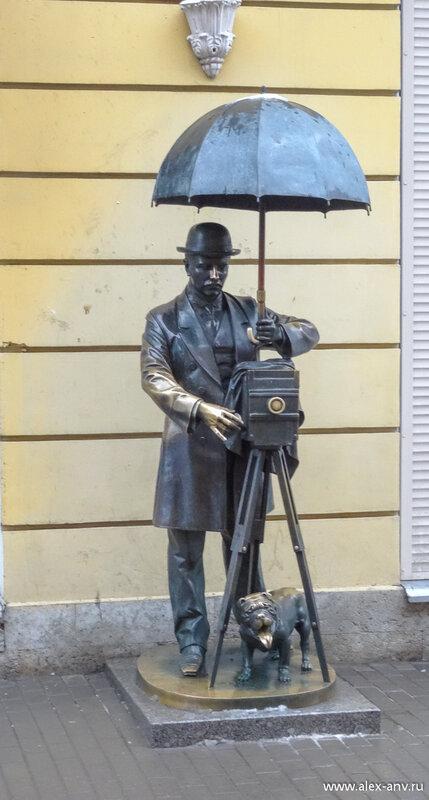 Рядом респектабельный господин с бульдогом предлагает сфотографироваться в любую погоду. И февральский дождь ему не помеха. Мне впрочем тоже.