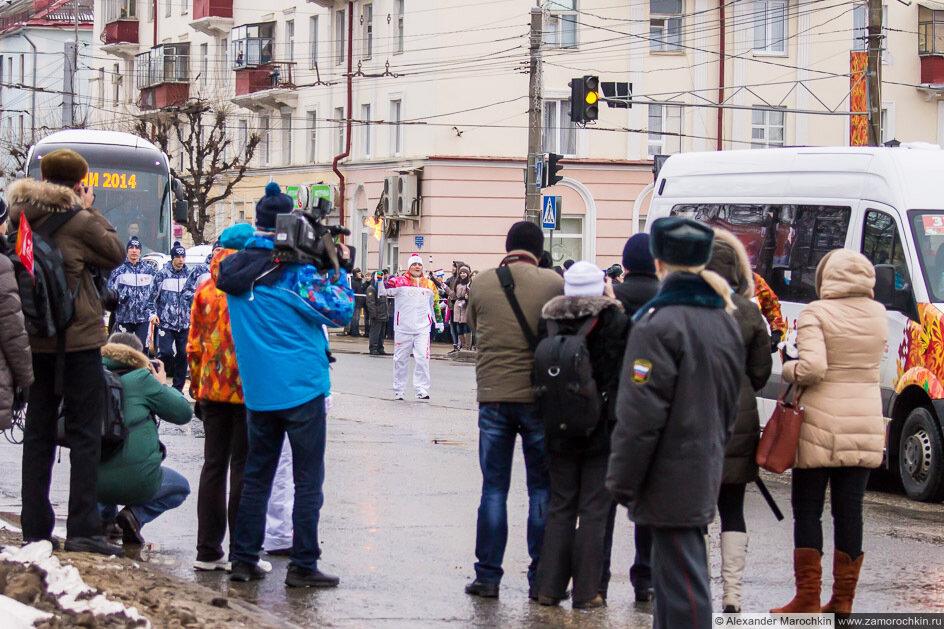 Алексей Мишин с олимпийским факелом и пресса