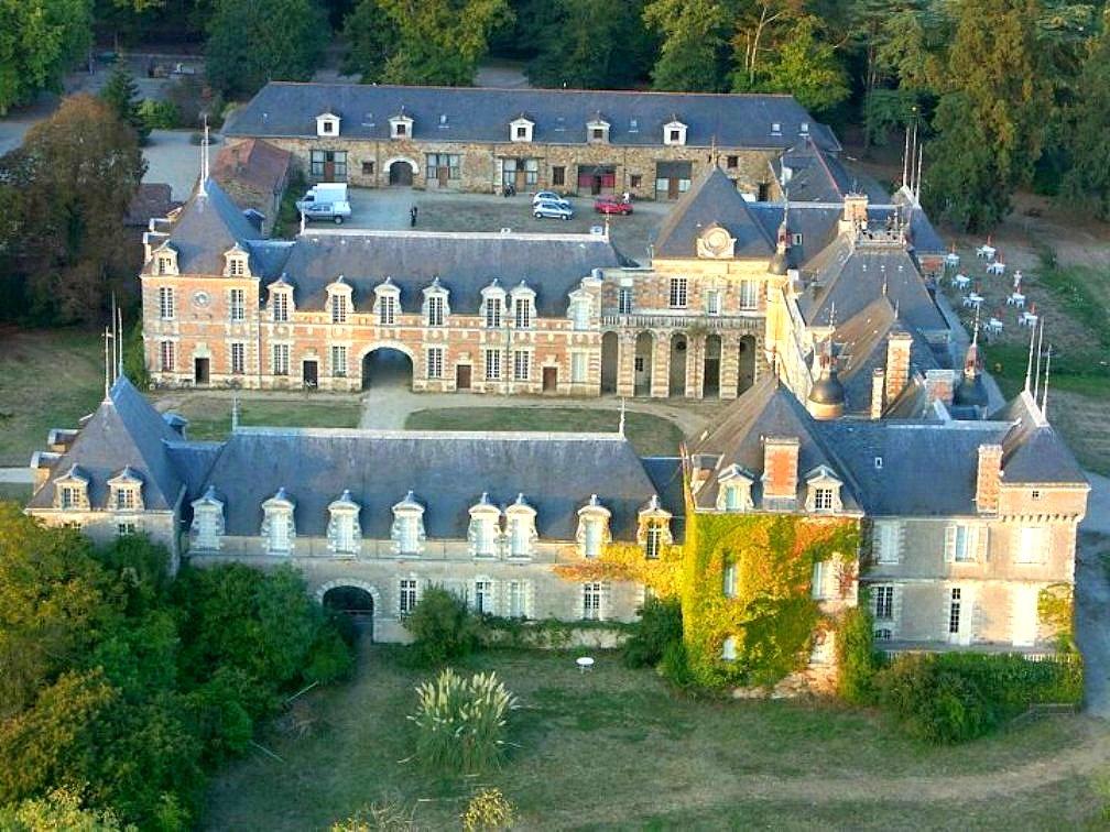 В 1966 году Фюнес выкупает фамильный замок Мопасанов Клермон.jpg