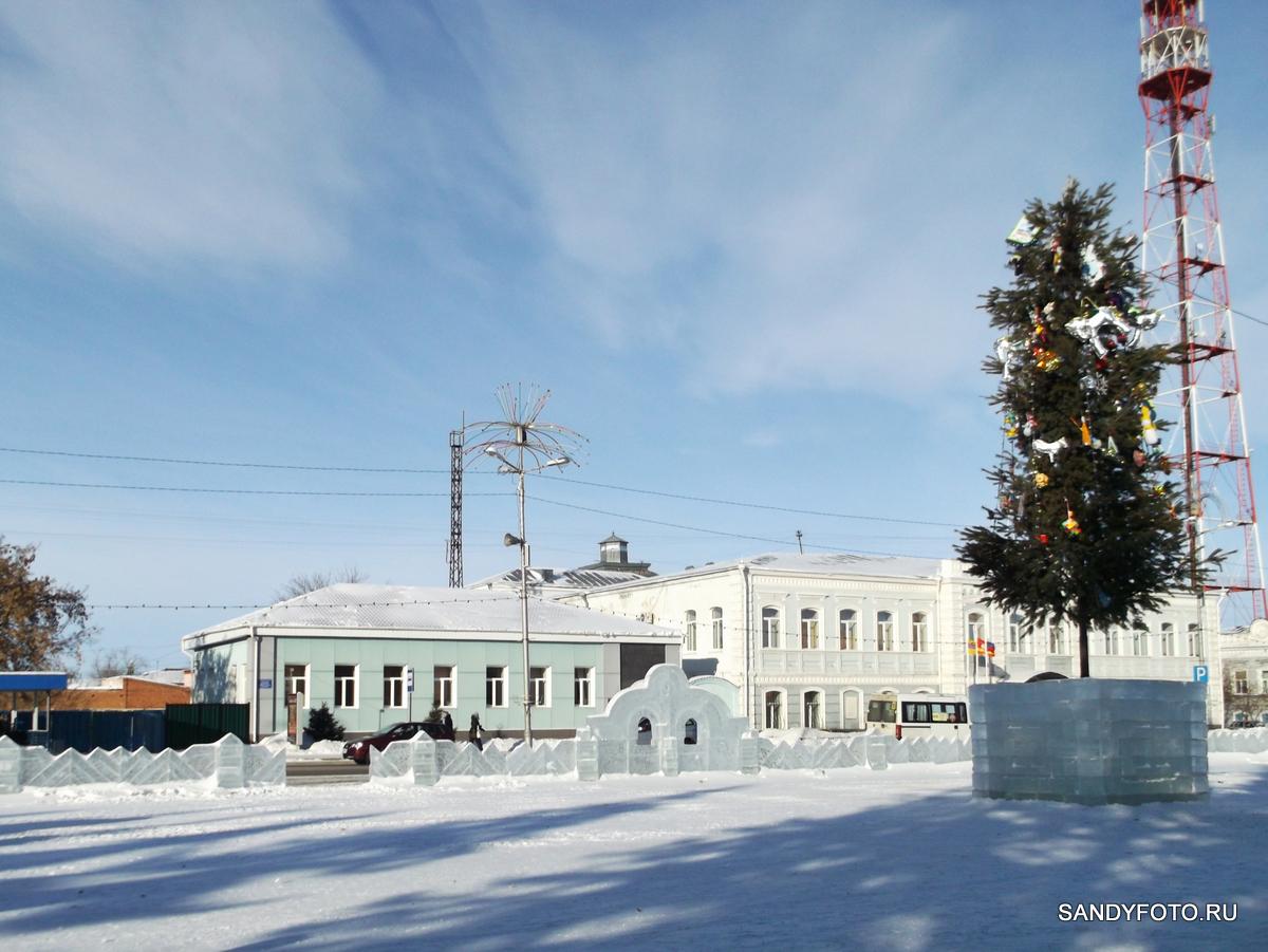 Очистка ледяного городка на центральной площади Троицка