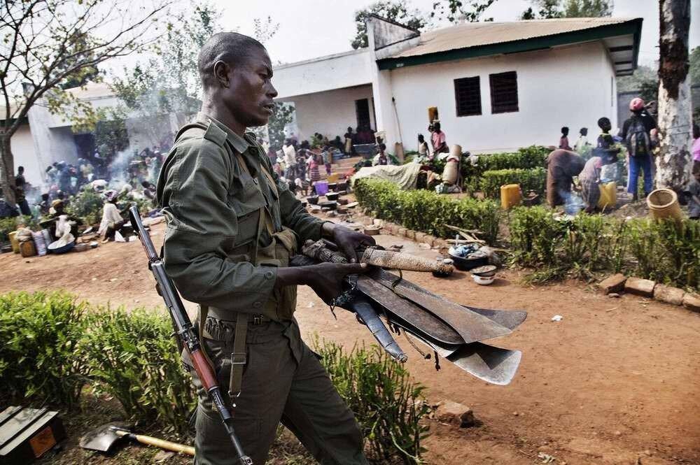 Мачете и ножи, конфискованные у враждующих сторон военнослужашими многонациональных сил по поддержанию порядка в Центральной Африке