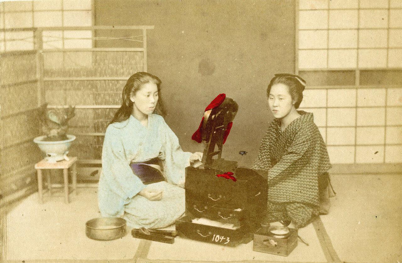 Две женщины за небольшим туалетным столиком