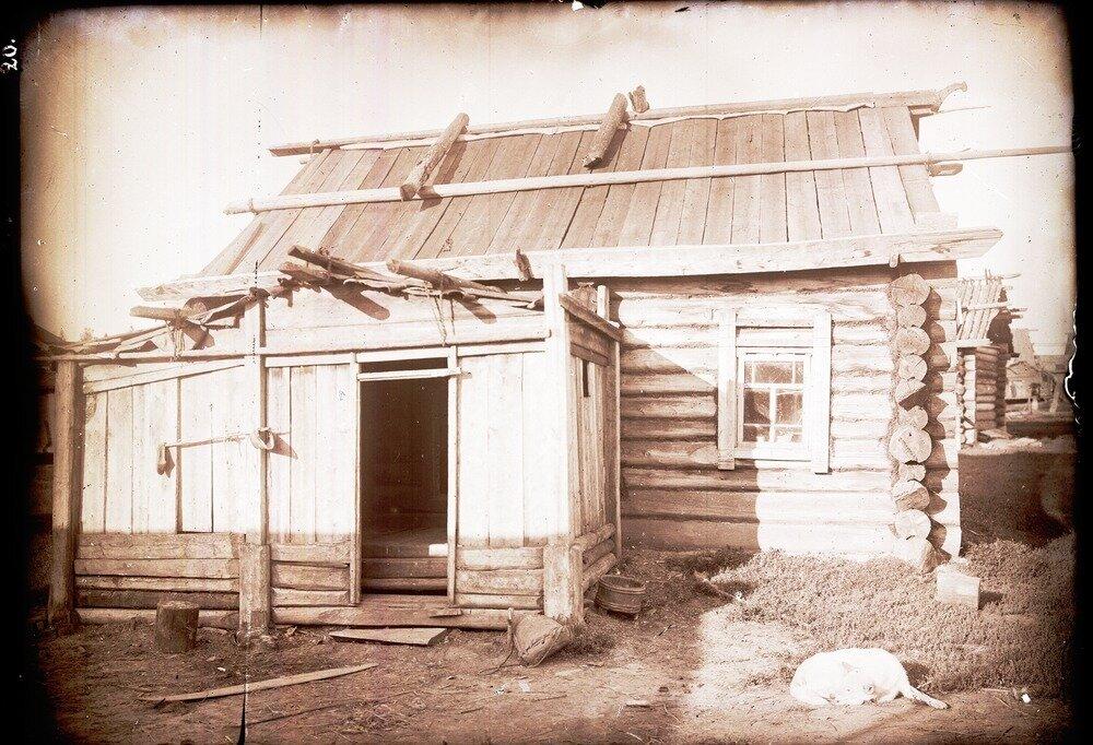 Старинный дом с коньком