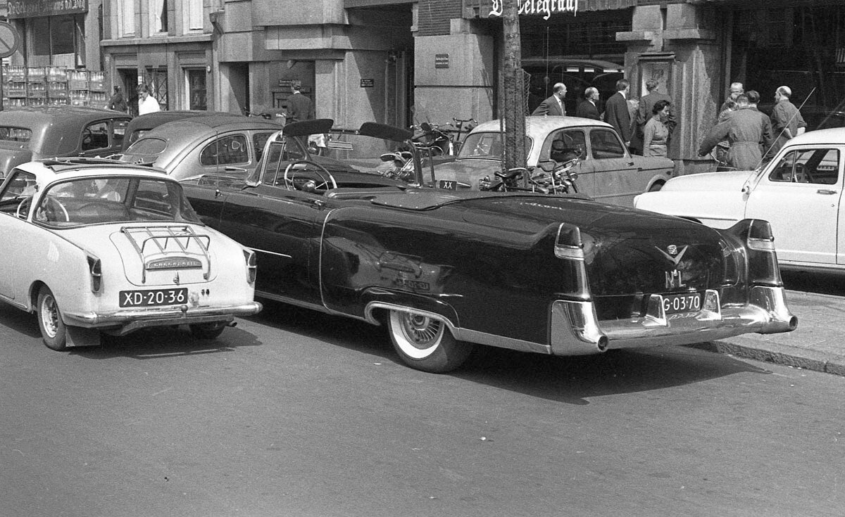 01. «Гоггомобиль» рядом с кадиллаком возле здания Телеграфа, Амстердам, 1958