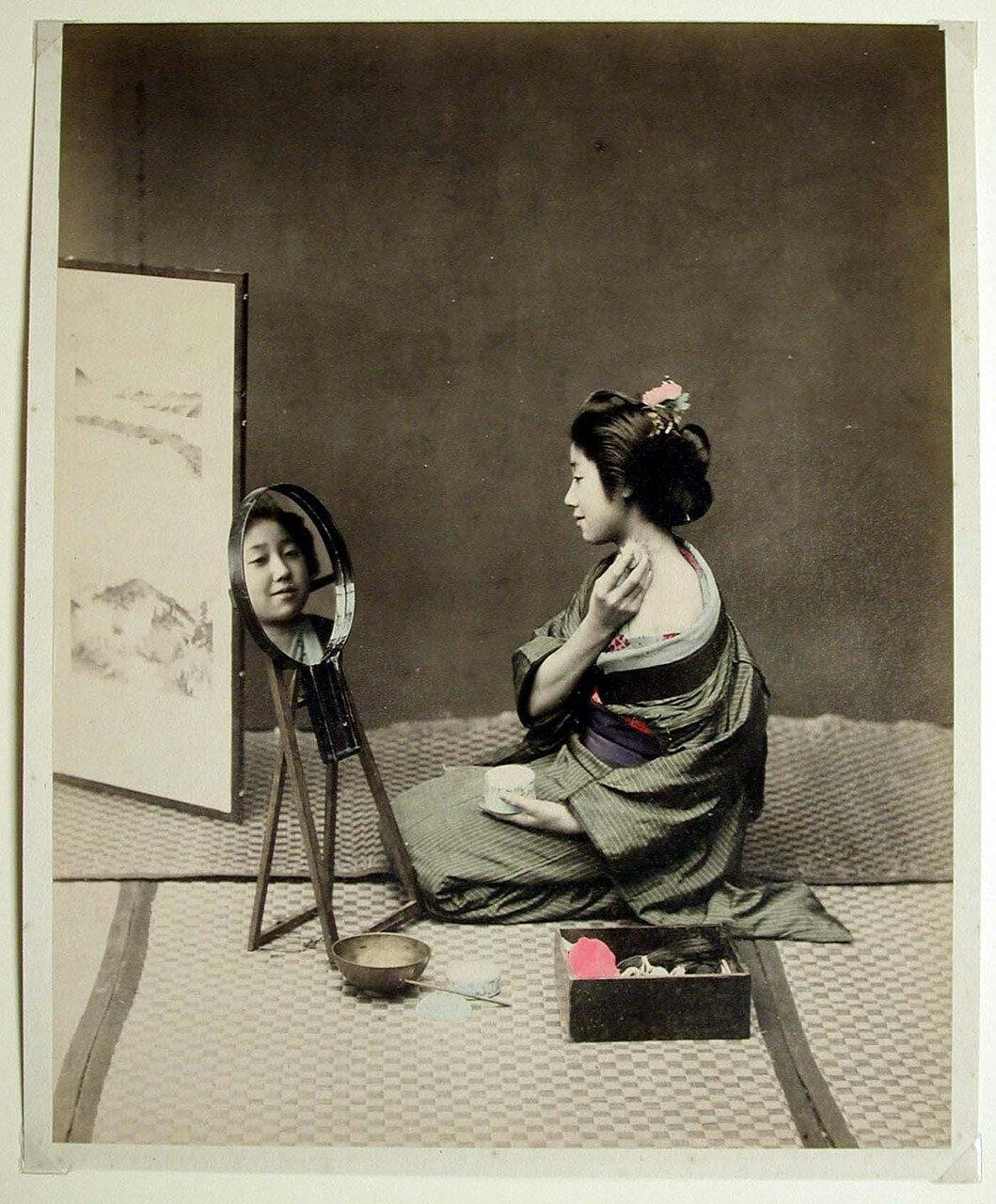 Женщина за утренним туалетом