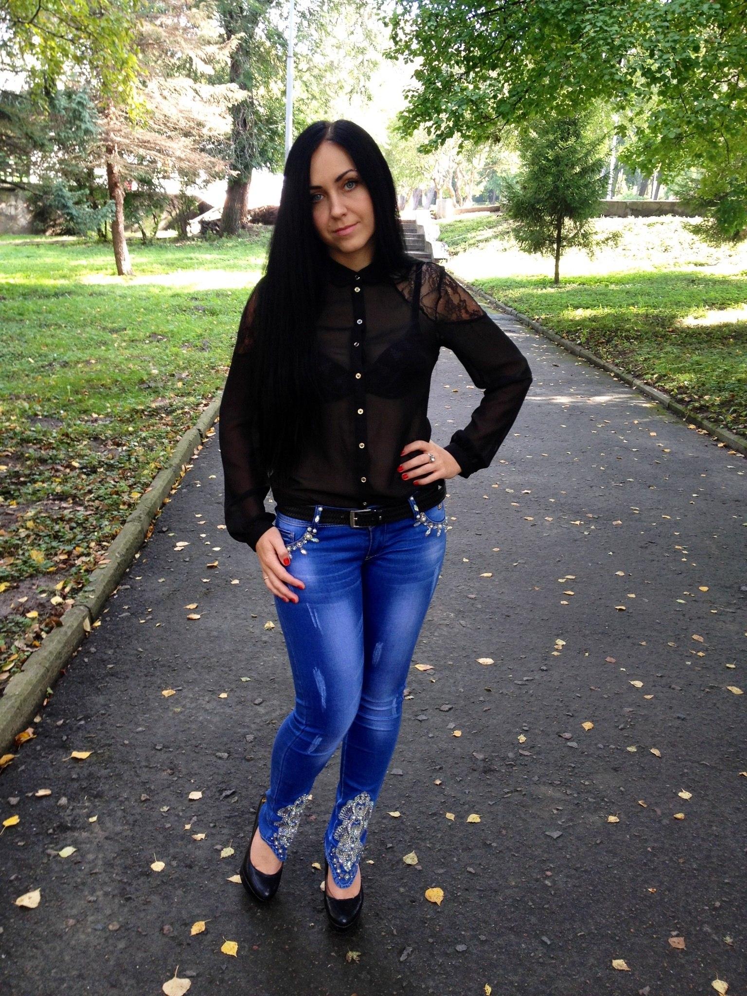 Брюнетка черной рубашке в парке