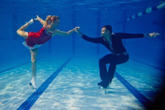 на коньках под водой