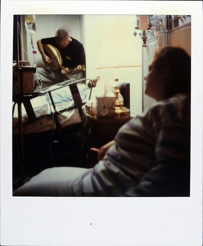 24 октября 1997 года: друг играет на гитаре для Джейми в больнице.