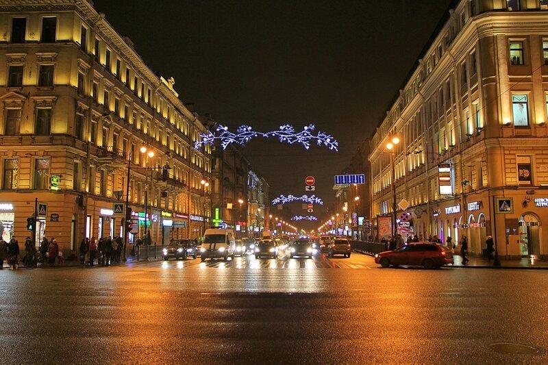 Улица Марата в новогодней иллюминации ночью. Вид с Невского проспекта