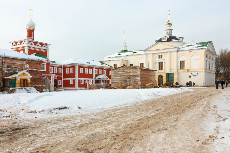 Святые ворота, Казначейский корпус и Сретенская церковь в Николо-Пешношском монастыре