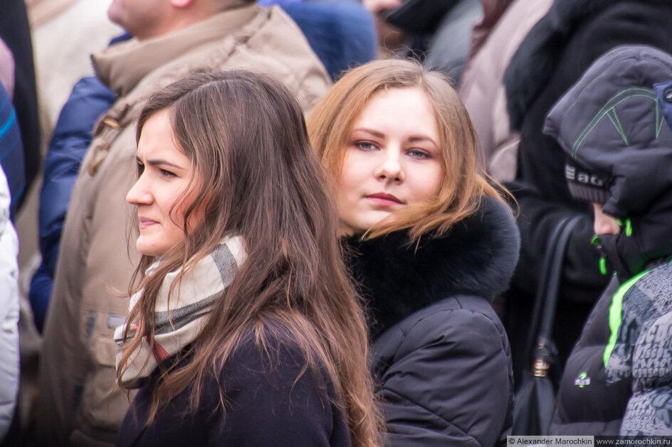 Две девушки в толпе зрителей