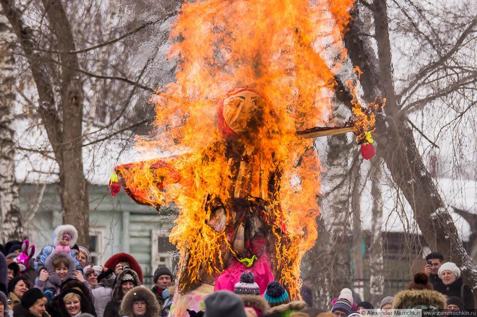 Чучело Масленицы в огне
