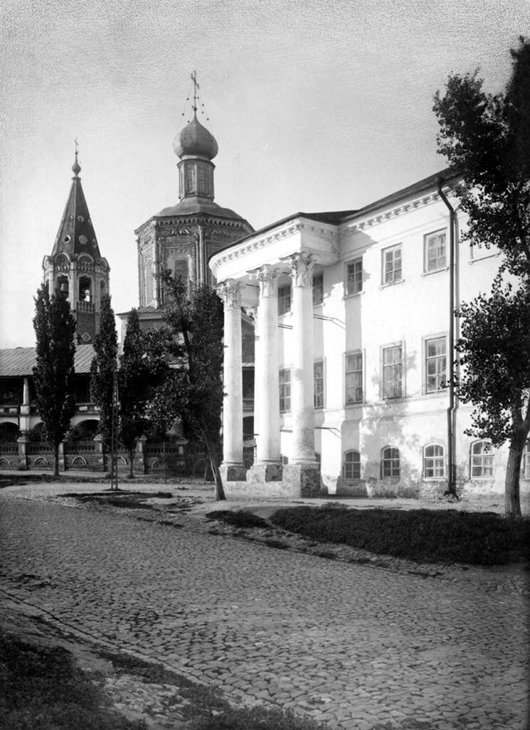 Особняк Устинова и Свято-Троицкий собор