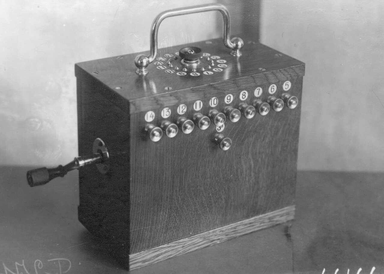 15. Внешний вид индукторного телефонного аппарата на 14 клемм, служащего для специального пользования