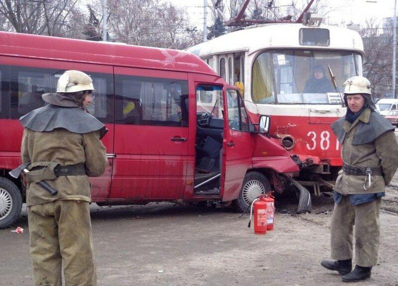 ДТП в Запорожье с участием маршрутки и трамвая 23.01.2014 (2 фото)
