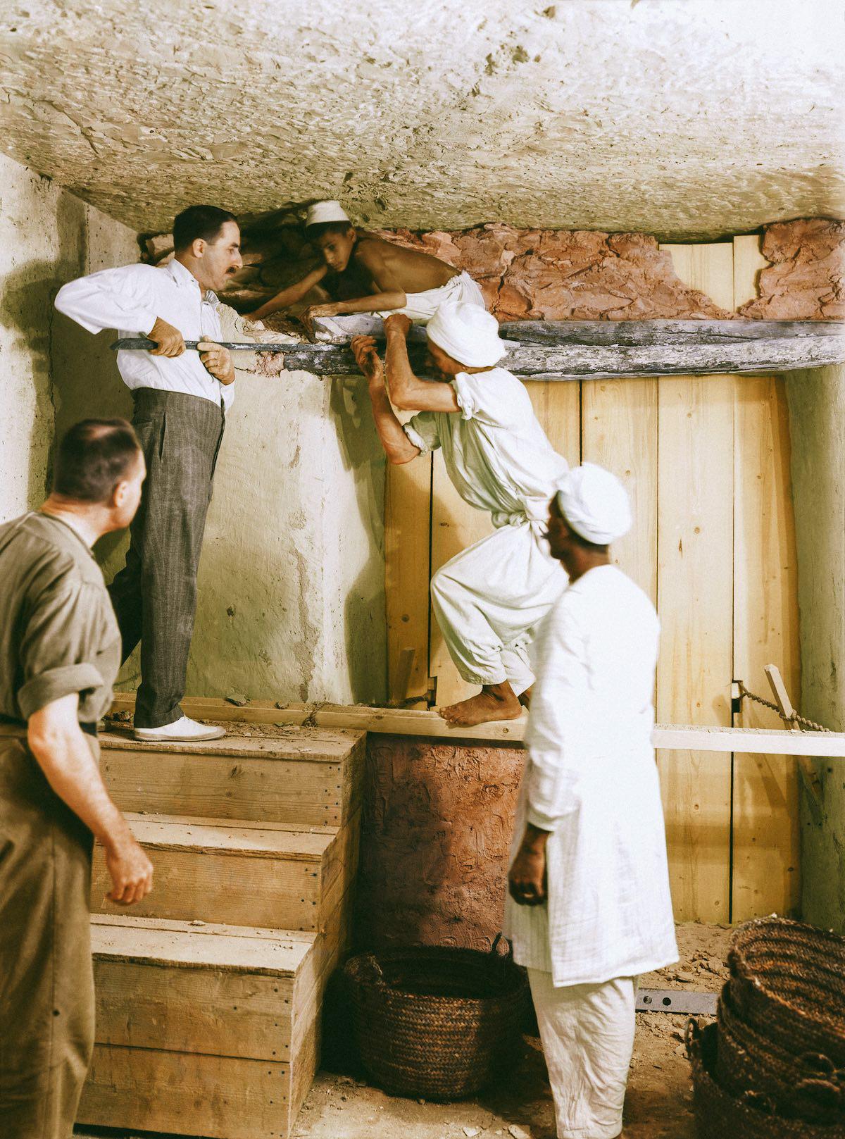 Картер, Каллендер и двое рабочих удаляют перегородку между передней и погребальной камерой.