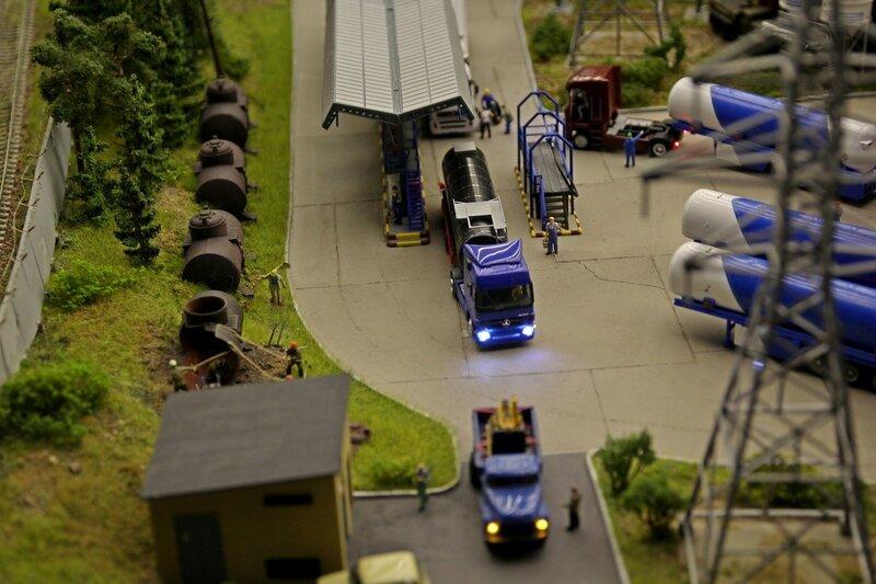 Гранд макет: нефтебаза. Автоцистерны, навес для заправки, рабочие режут автогеном старые ёмкости