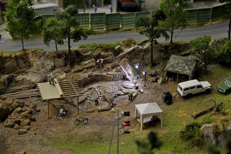 Гранд макет: археологические раскопки скелета динозавра. Вечер, включены прожектора подсветки