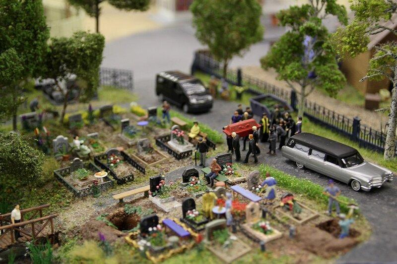 Гранд макет: похороны на кладбище. Свежие могилы, мраморные памятники, катафалк и поп в рясе.