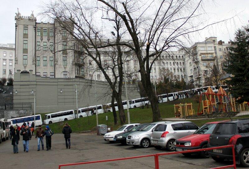 Автобусы спецназа под Администрацией президента